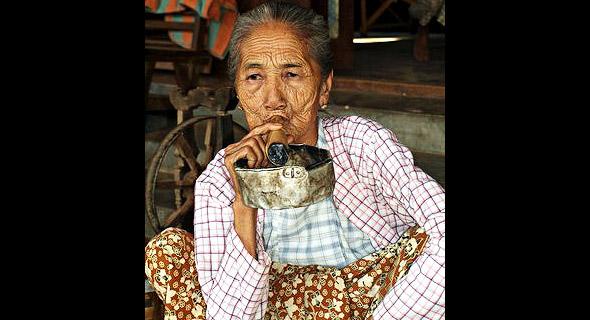 женщина курит чарута