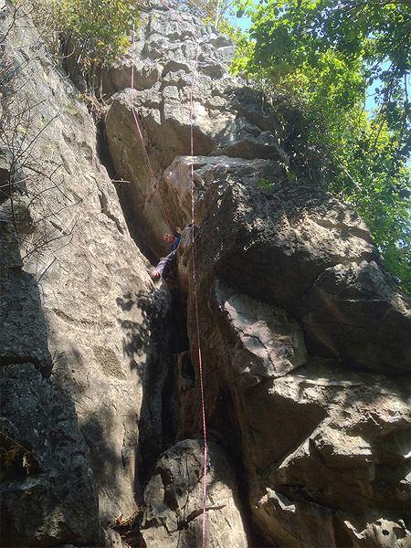 дочка лазает по скалам