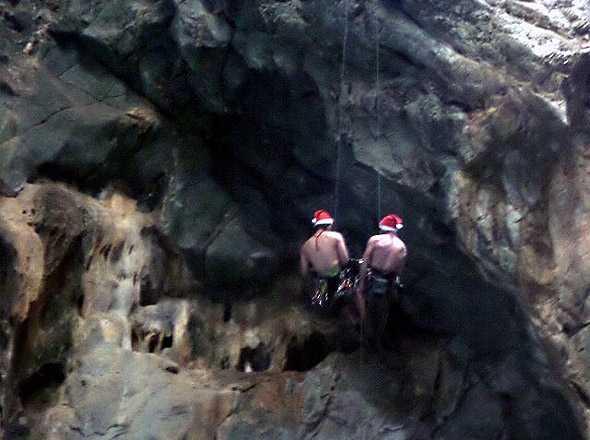 санты спускаются в пещеру