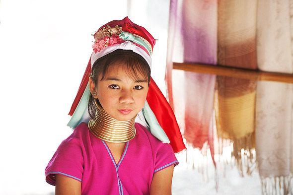 обитательница деревни длинношеих женщин тайланд