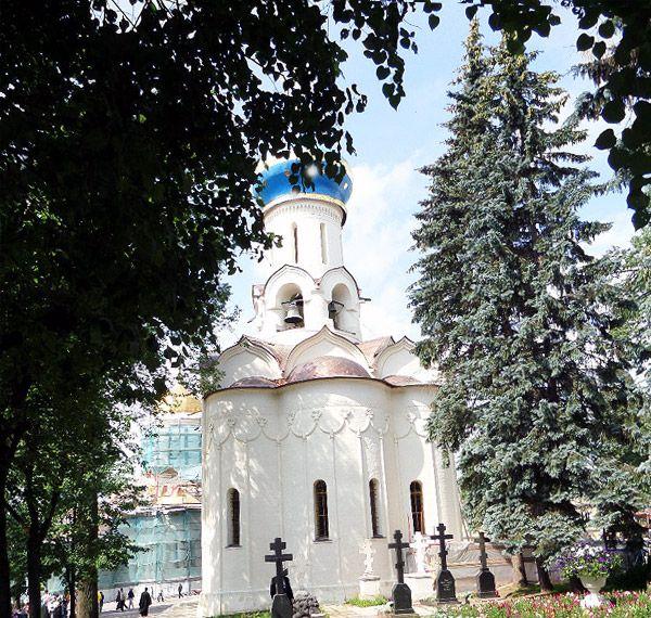 духовской храм стоит рядом с троицким собором сергиевой лавры