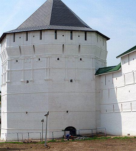мощные стены троицко-сергиева монастыря