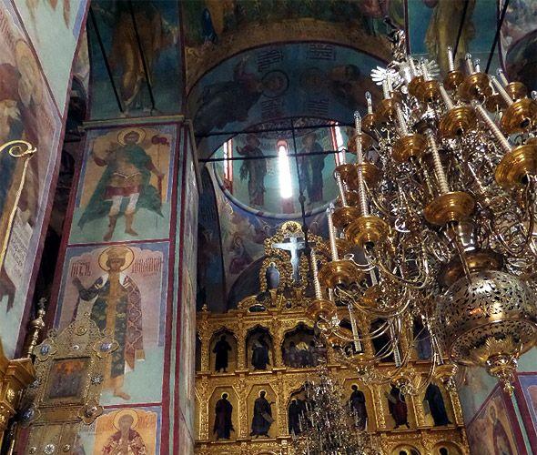 внутри успенского собора лавры стены в росписи
