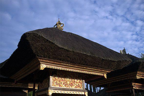 башни меру с черными крышами