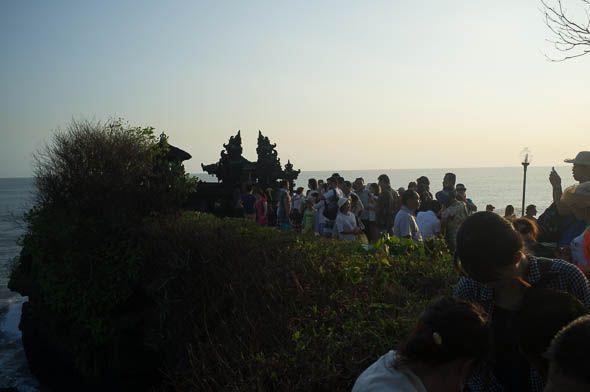 туристы на подходе к храму пура танах лот