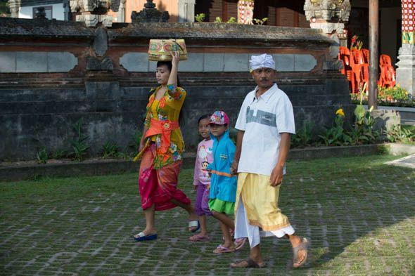 балийская семья направляется в храм