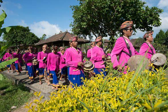 праздничная процессия с барабанами и бубнами
