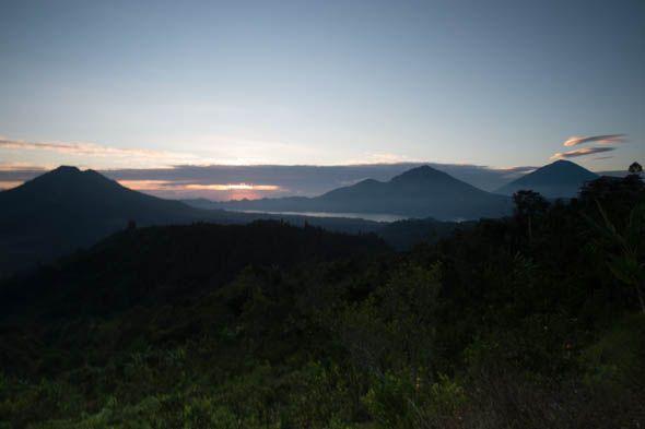 бали рассвет над вулканами батур абанг агунг