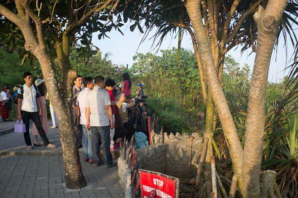 тайские фотографы готовятся снимать храм  танах лот
