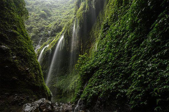 красивый водопад на яве