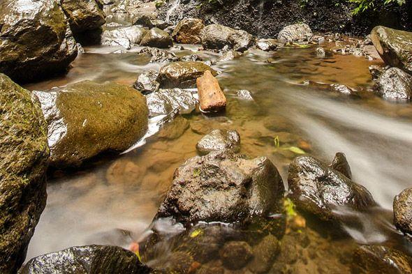 нагромождение мокрых камней у водопада