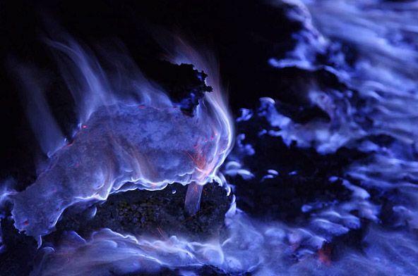 кавах иджен вулкан на острове ява с синей лавой