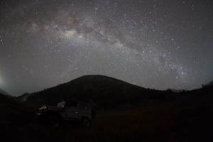 звездное небо сияет над бромо