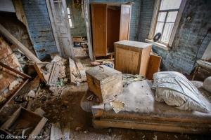 внутри брошенного дома