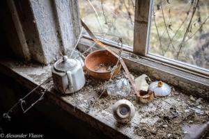 запустение внутри брошенного дома