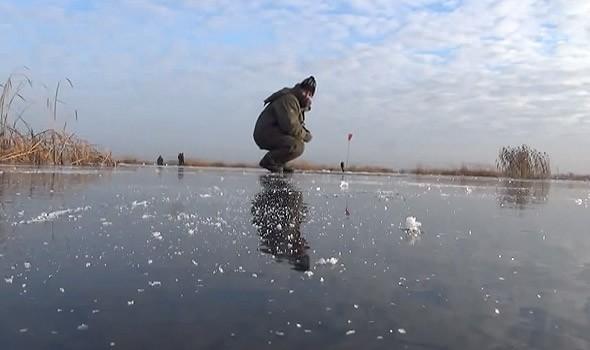 подледный  лов рыбалка на озере неро зимой