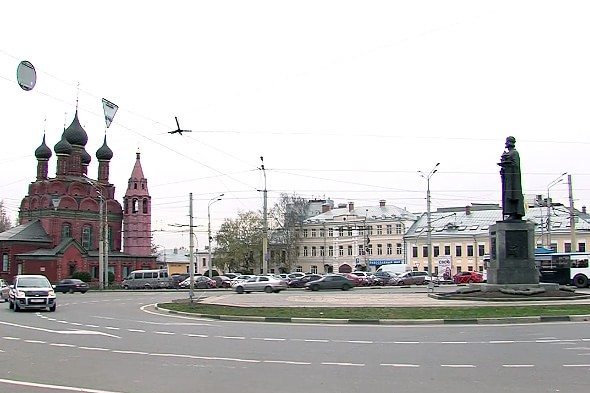 памятник в центре богоявленской площади