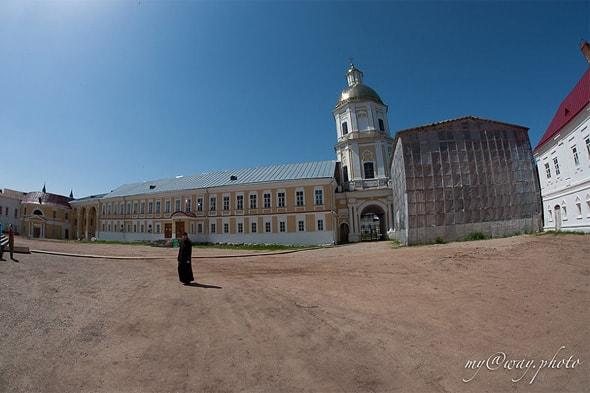 нилова пустынь церковь вех святых правее церкви петра и павла