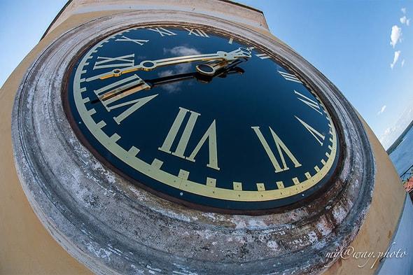 часы на монастырской колокольне