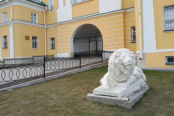 белый мраморный лев у ворот обители