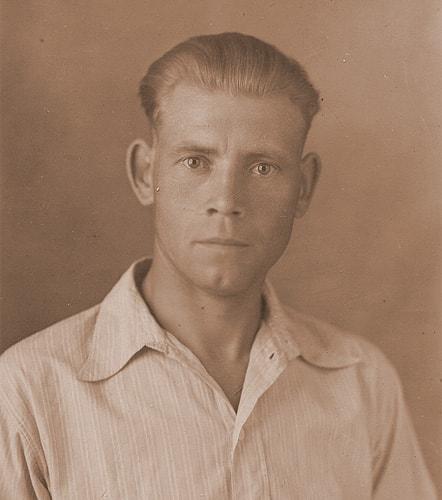 мой дедушка тогда еще молодой