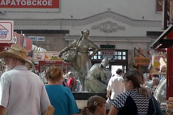 фонтан в торговом зале крытого рынка