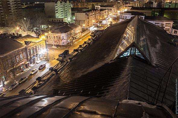 на крыше крытого рынка