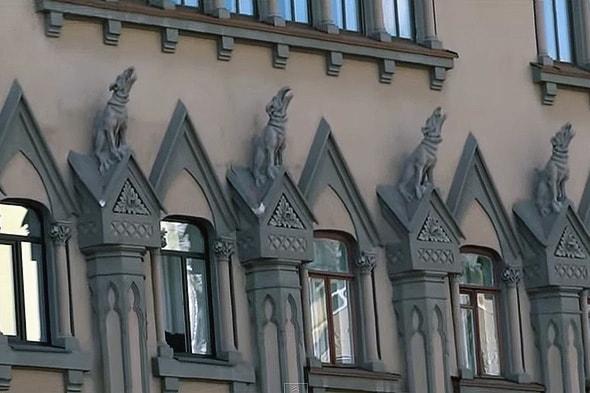 консерватория с пятью воющими псами на фасаде