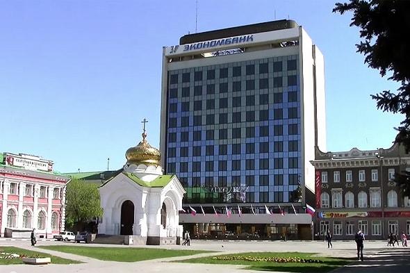 строгое здание экономбанка и часовня