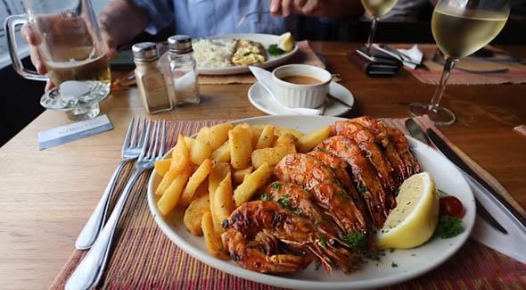креветки аппетитно лежат на тарелке