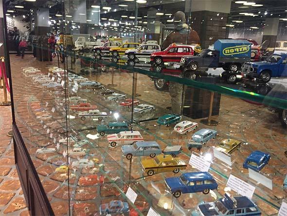 музей техники игрушечные машинки на  стеклянной полке