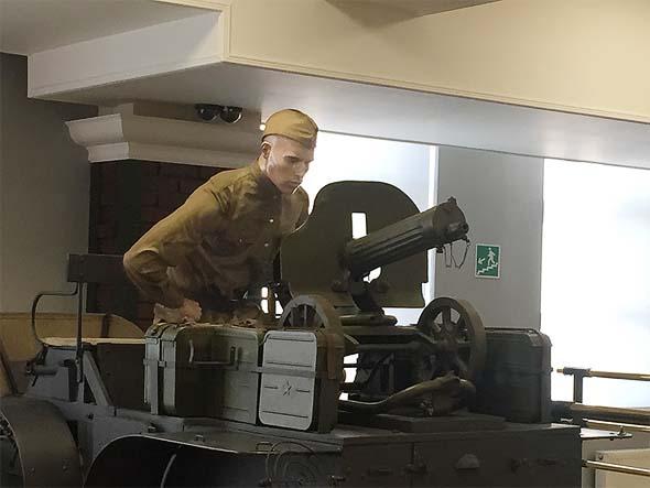 советский воин около пулемета максим
