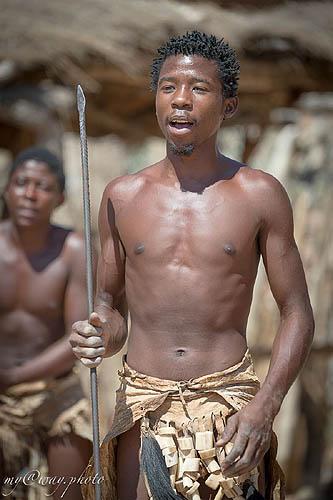 абориген в набедренней повязке с  копьем