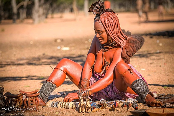 женщины химба выложили свои поделки оешь покупай хочешь нет