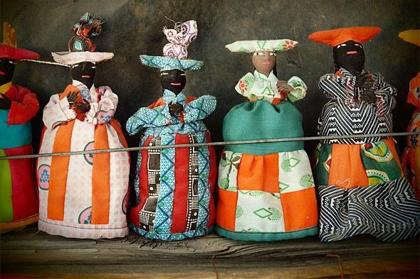 куклы в красочных нарядах женщин гереро