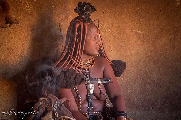 в обители химба женщина показывают премудрости  ухода за собой