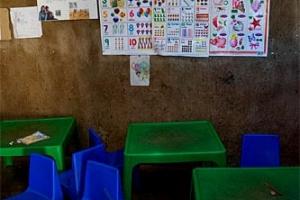 в школе деревни химба пластиковые столики и стульчики