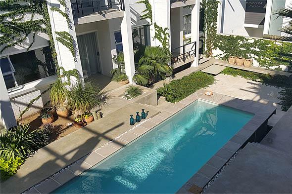плавательный бассей на первом этаже отеля villa vista