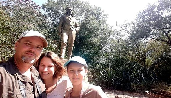 у памятника величайшему исследователю ливингстону