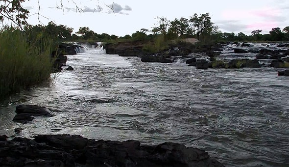 водяной поток окаванго падает каскадами по всей ширине реки
