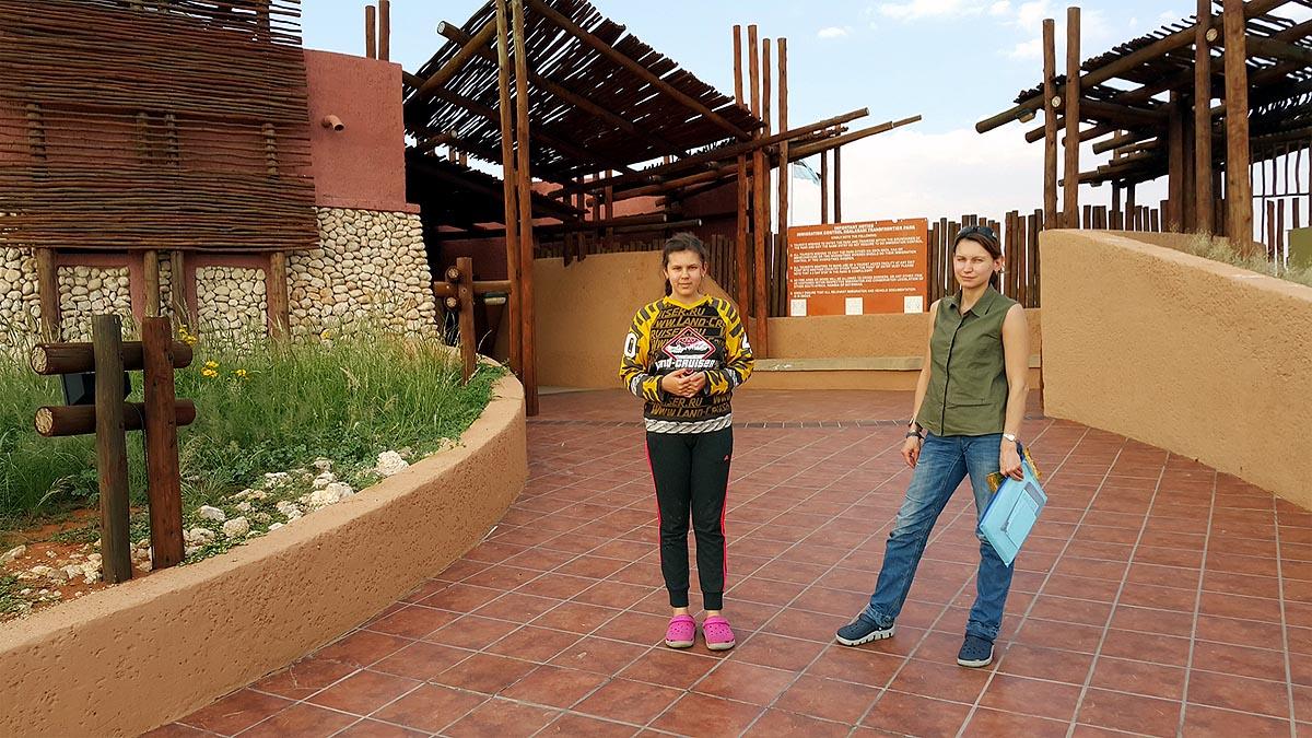 мемориальное фото у входа в парк кгалагади