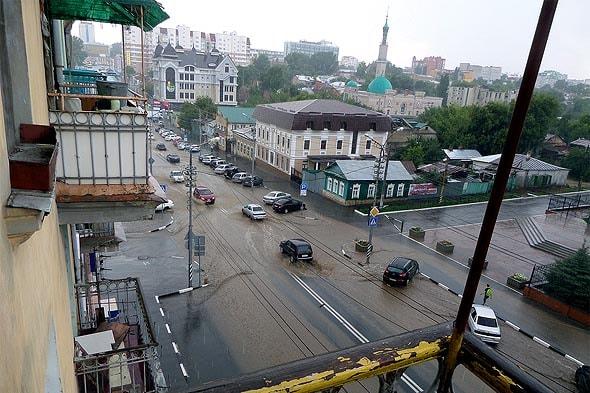 масса воды затопила дорогу после дождя