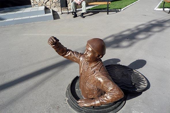 скульптура работника жилищно-коммунального хозяйства