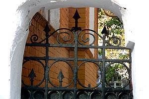 в городе с вход в старый саратовский дворик