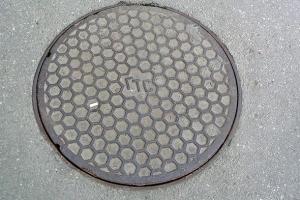 люк телефонной канализации с рисунком соты