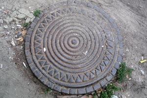 концентрические круги и по краю орнамент солнышка дизайн крышек люков для кабельных колодцев телефонной канализации 60 годов
