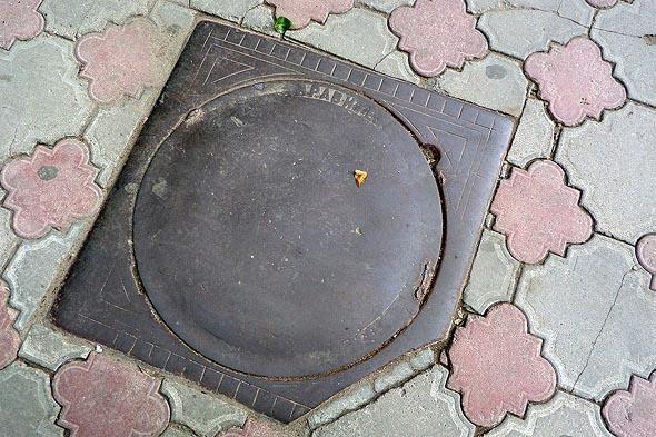 редкий люк телефонной канализации правительственной связи