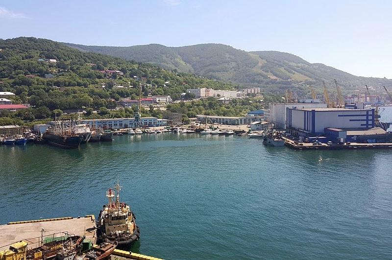 город зажат между сопками и берегом авачинской бухты
