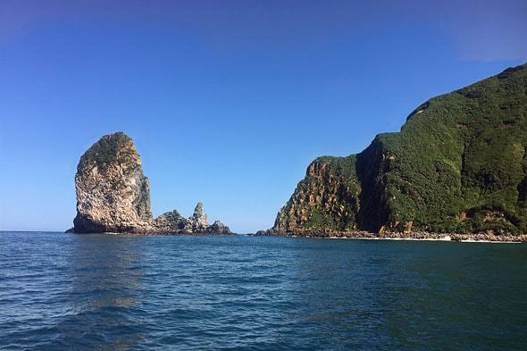 маленький скалистый остров окружен прибрежными рифами и парой кекуров