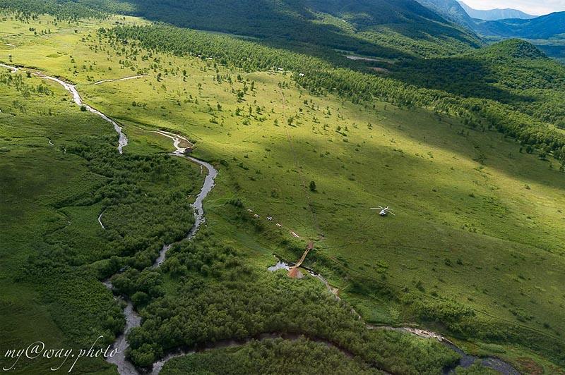 по одну сторону парка покрытая лесом медвежья тундра по другую петляет горячая приток реки налычева